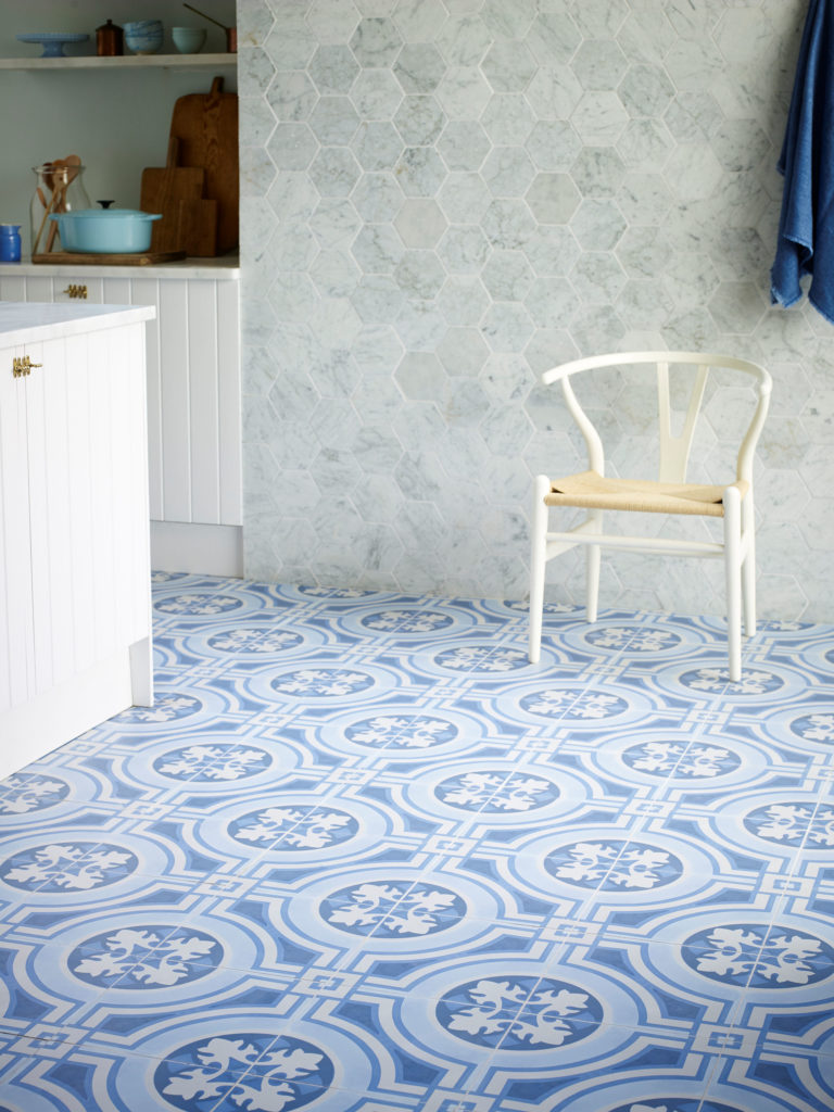 Mod Encaustic Blue & Carrara Tumbled Tile Hexagon v.II (2)